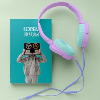 Vista superior de la cubierta del libro de música, diseño de maqueta con auriculares