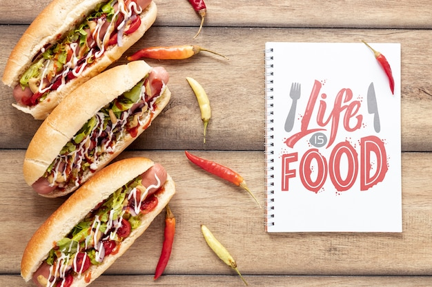 Vista superior de la deliciosa maqueta de hot dog sobre fondo de madera