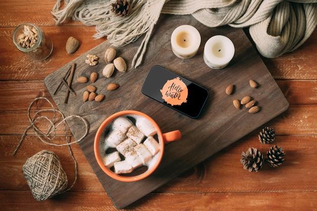 Vista superior deliciosa merienda de invierno en tablero de madera