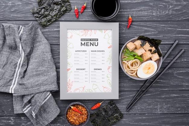 Vista superior delicioso menú del restaurante en la mesa