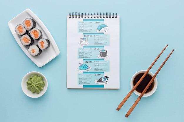 Vista superior delicioso menú de sushi