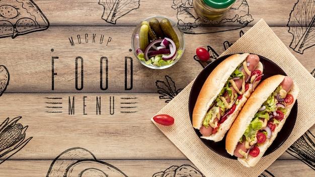 Vista superior de deliciosos hot dogs en mesa de madera