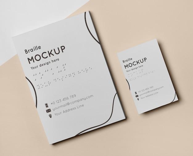 Vista superior del diseño de tarjetas de visita con escritura braille