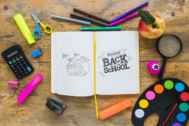 Vista superior de la disposición de cuadernos y crayones