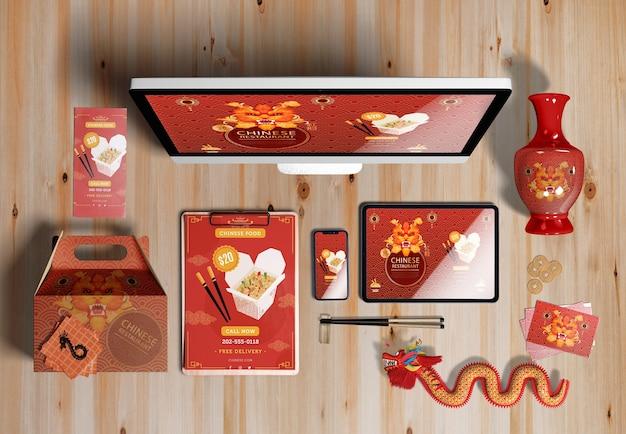 Vista superior de dispositivos digitales y regalos para el año nuevo chino