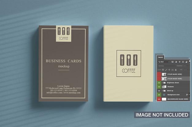 Vista superior de dos maquetas verticales de tarjetas de visita