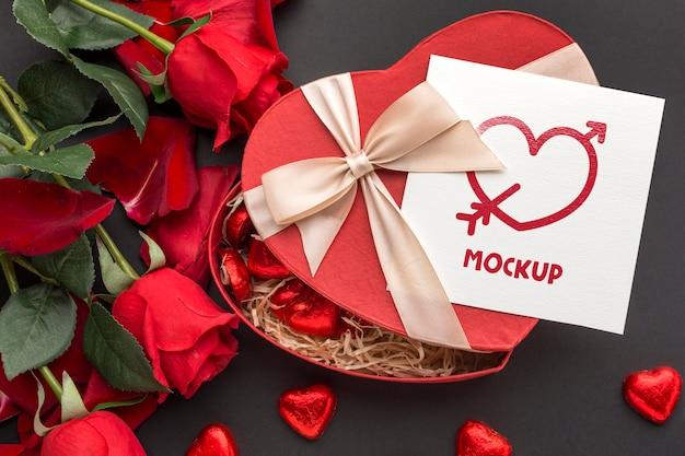 Vista superior de dulces y rosas de san valentín con carta de maqueta