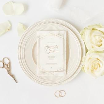 Vista superior elegante invitación de boda con maqueta