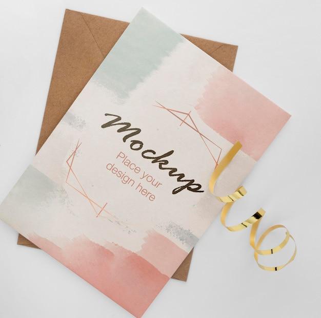 Vista superior de la elegante tarjeta de cumpleaños con cinta dorada