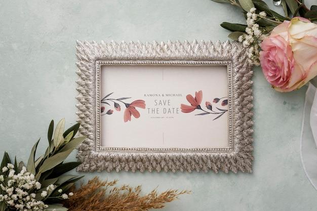 Vista superior de los elementos de la boda con maqueta de marco