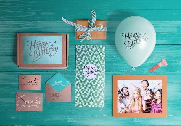 Vista superior de elementos de cumpleaños en mesa de madera