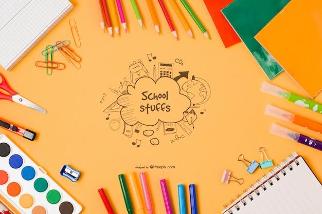 Vista superior de elementos escolares con dibujo