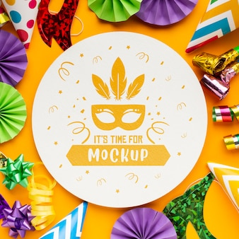 Vista superior de elementos esenciales para fiestas y máscaras de carnaval.