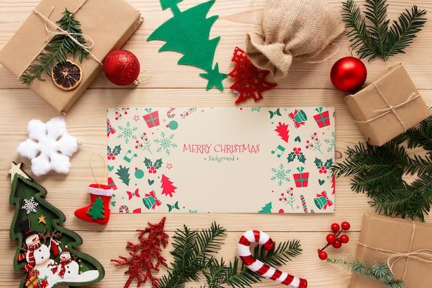 Vista superior de elementos navideños con maqueta