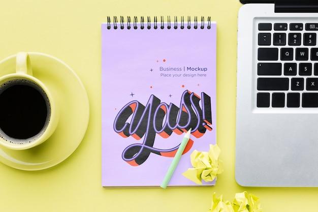 Vista superior del escritorio con notebook y café