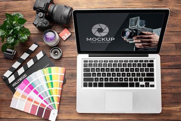 Vista superior del espacio de trabajo de madera del fotógrafo con laptop