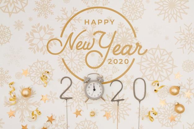 Vista superior feliz año nuevo 2020 maqueta con reloj de medianoche