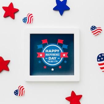 Vista superior feliz día de la independencia marco con maqueta