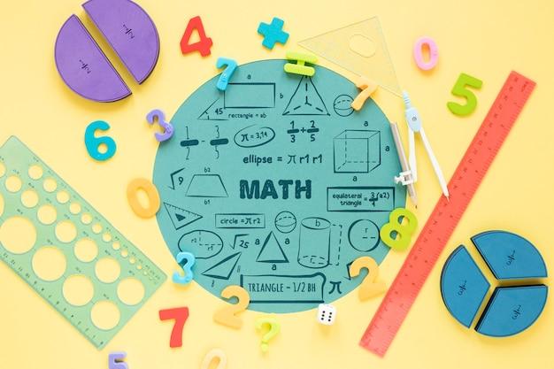 Vista superior de formas y reglas para las matemáticas.