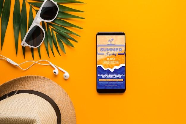 Vista superior de gafas de sol con sombrero y teléfono móvil
