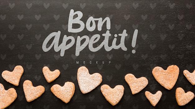 Vista superior de galletas en forma de corazón