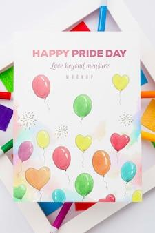 Vista superior de globos de colores sobre papel con marco para orgullo lgbt