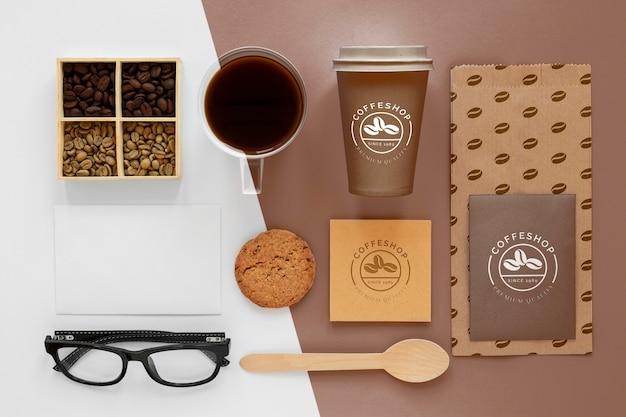 Vista superior de granos de café y artículos de marca.