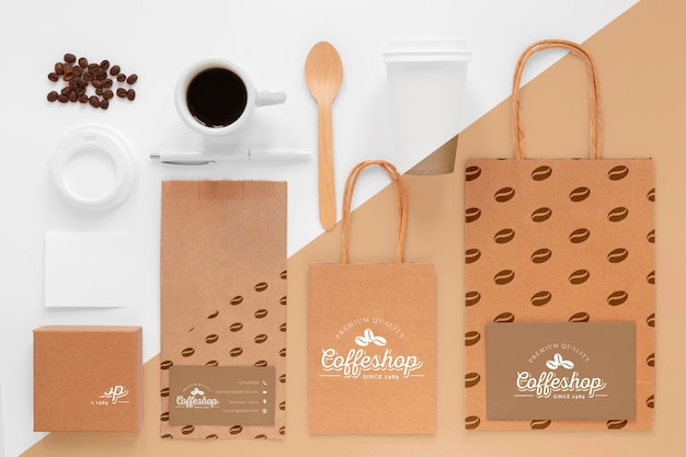 Vista superior de granos de café y artículos de marca