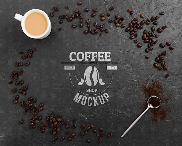 Vista superior de granos de café y maqueta de taza de café