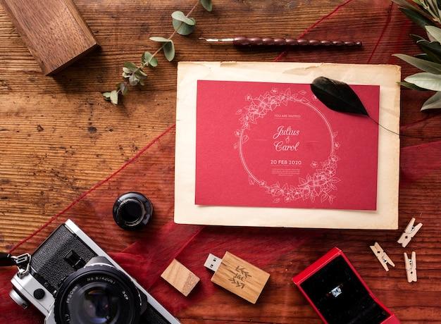 Vista superior hermosa composición de elementos de boda con maqueta de invitación