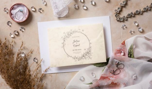 Vista superior hermoso arreglo de elementos de boda con maqueta de tarjeta