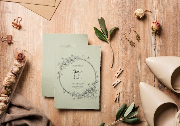 Vista superior hermoso surtido de elementos de boda con maqueta de tarjeta