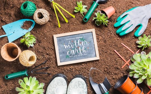 Vista superior de herramientas de jardinería en el suelo