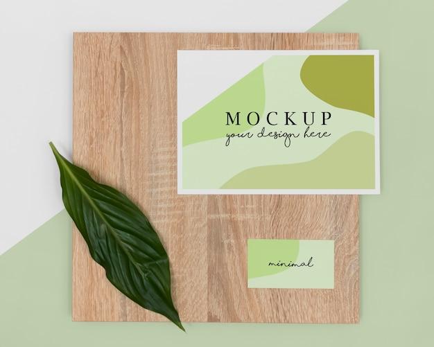 Vista superior de hojas de papelería y pieza de madera.