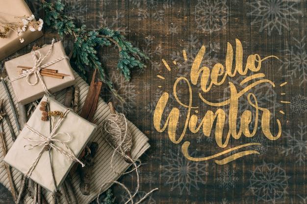 Vista superior hola invierno con cajas de regalo blancas