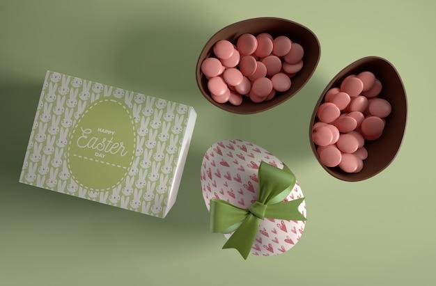 Vista superior huevos con caramelos dentro
