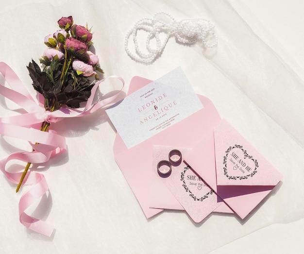 Vista superior de ideas de boda con sobres y flores