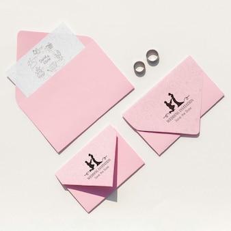 Vista superior de ideas de boda con varios tamaños de sobres