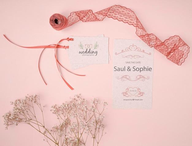 Vista superior invitación de boda con cinta