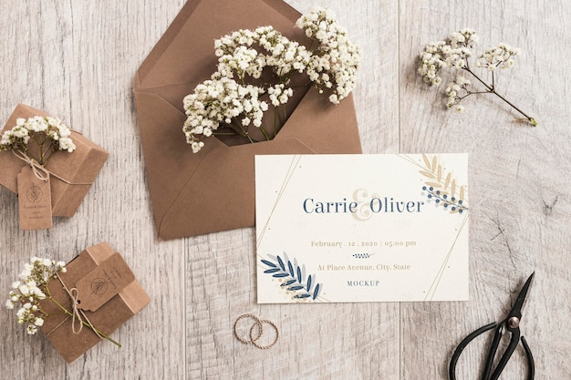 Vista superior invitación de boda con maqueta