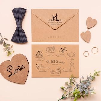 Vista superior invitación de boda con pajarita