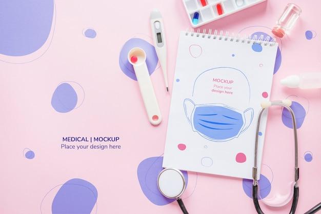 Vista superior libreta médica con maqueta