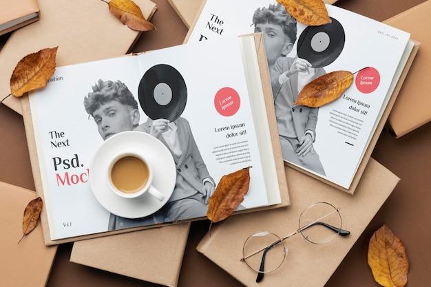 Vista superior de libros y arreglo de tazas de café