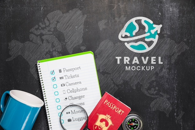 Vista superior de la lista de verificación con taza y elementos esenciales de viaje