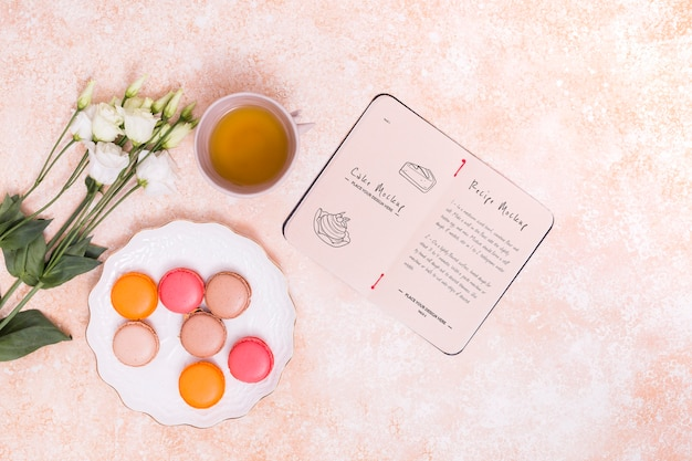 Vista superior de macarons y arreglo de té