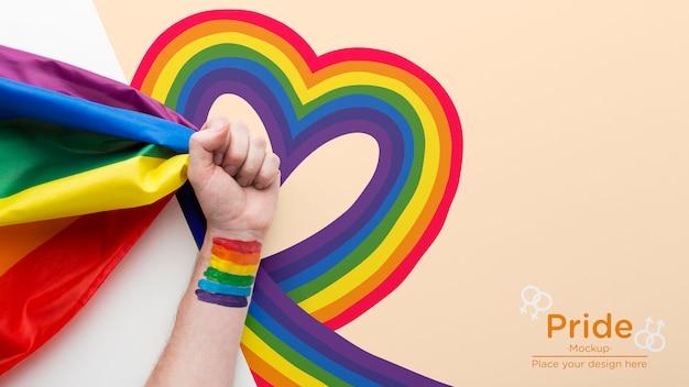 Vista superior de la mano con arco iris por orgullo