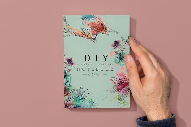 Vista superior de la mano en la maqueta del libro