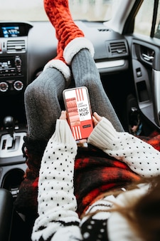Vista superior a mano con maqueta de teléfono inteligente y taza de café