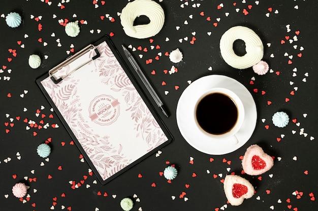 Vista superior de maqueta de café y dulces.