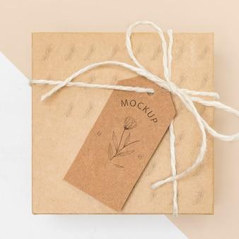 Vista superior de la maqueta de caja de regalo envuelta ecológica